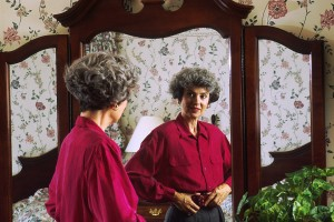 Woman_looking_in_a_mirror