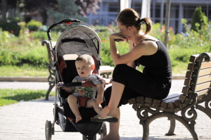 4096px-Young_mother_and_her_baby_boy_in_the_park